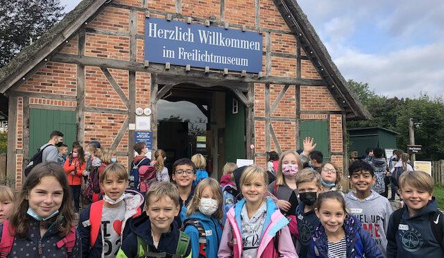 Endlich! Ausflug zum Kiekeberg mit allen 4. Klassen